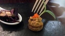 Der Appetizer: Rotkohl-Salat, dazu etwas Tofu und Brot mit Rüben-Creme